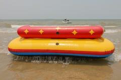 O acqua do barco do sofá ou do sofá na praia de Bangsan Cha-está Tailândia Fotografia de Stock Royalty Free