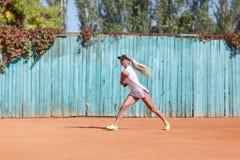 O Active ostenta a senhora que corre com raquete de badminton em um fundo borrado Conceito do badminton Copie o espaço Foto de Stock