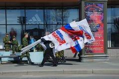 O activista do partido tem um megafone e as bandeiras Fotografia de Stock