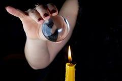 O adivinho fêmea, vê no futuro olhando em sua bola de cristal foto de stock royalty free