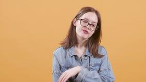 O adolescente bonito nos monóculos obtém furado e bocejos video estoque