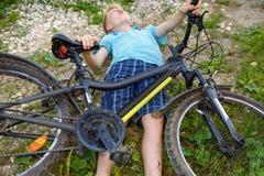 O adolescente caiu da bicicleta e foi traumatizado Fotos de Stock Royalty Free