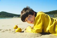 O adolescente com laranjas Foto de Stock Royalty Free