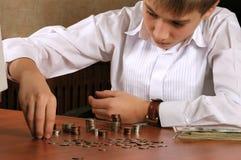 O adolescente considera o dinheiro imagem de stock