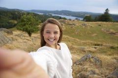 O adolescente de sorriso que toma um selfie durante uma caminhada da montanha, fecha-se acima do retrato fotos de stock royalty free