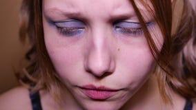O adolescente deprimido é triste e culpado Retrato do close up 4k UHD video estoque