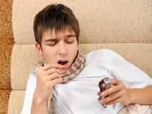O adolescente doente toma um comprimido Foto de Stock Royalty Free