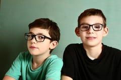 O adolescente dois em vidros da miopia fecha-se acima foto de stock