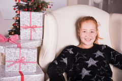 O adolescente é entusiasmado sobre os presentes para o Natal Imagem de Stock Royalty Free