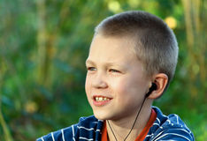 O adolescente escuta a música foto de stock