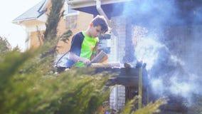 O adolescente está perto da fogueira no jardim filme