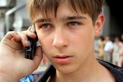 O adolescente fala o telefone Fotos de Stock Royalty Free