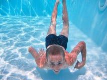 O adolescente feliz mergulha em uma associação fotografia de stock royalty free