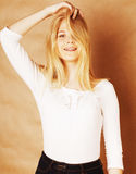 O adolescente fresco novo do blong sujou com seu sorriso do cabelo Imagens de Stock Royalty Free