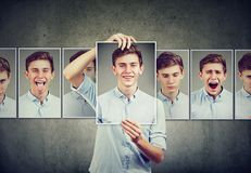 O adolescente mascarado do homem que expressa emoções diferentes enfrenta expressões fotos de stock