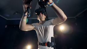 O adolescente masculino está movendo-se com a realidade virtual com excitamento video estoque