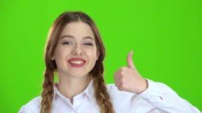 O adolescente mostra os polegares acima Tela verde vídeos de arquivo