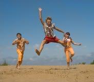 O adolescente na areia do mar Imagens de Stock