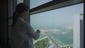 O adolescente olha através do telescópio de Abu Dhabi do vídeo da metragem do estoque da plataforma de observação vídeos de arquivo