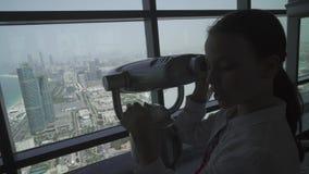 O adolescente olha através do telescópio de Abu Dhabi do vídeo da metragem do estoque da plataforma de observação video estoque