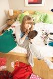 O adolescente que põr sobre compo no quarto Untidy imagens de stock