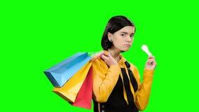 O adolescente vai comprar com pacotes e um cartão de crédito à disposição Tela verde vídeos de arquivo