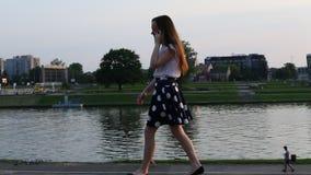 O adolescente vai em um passeio da cidade e na fala no telefone celular vídeos de arquivo