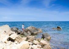 O adolescente vai na pedra Foto de Stock Royalty Free