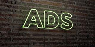 O ADS - sinal de néon realístico no fundo da parede de tijolo - 3D rendeu a imagem conservada em estoque livre dos direitos ilustração stock