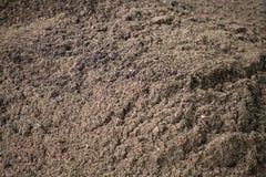 O adubo orgânico seco do marrom escuro, estrume, compôs o adubo, o condicionador do solo, o húmus, o nutriente de planta natural  foto de stock