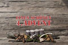 O advento da decoração do Feliz Natal que queima a vela cinzenta borrou o alemão 4o da mensagem de texto do fundo Imagens de Stock Royalty Free