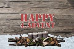 O advento da decoração do Feliz Natal que queima a vela cinzenta borrou o englisch 4o da mensagem de texto da neve do fundo Imagem de Stock