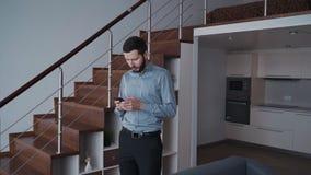 O advogado bem sucedido adulto está planejando o trabalho e está usando o smartphone em casa vídeos de arquivo