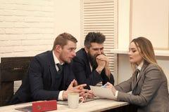 O advogado da mulher explica termos da transação Conceito das negociações do negócio Sócios comerciais, homens de negócios na reu foto de stock