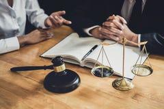 O advogado ou o conselheiro masculino que trabalham na sala do tribunal t?m a reuni?o com cliente s?o consulta com pap?is do cont fotografia de stock