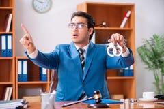 O advogado que trabalha no escritório imagem de stock