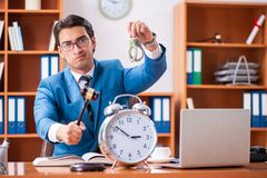 O advogado que trabalha no escritório fotografia de stock royalty free