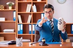 O advogado que trabalha no escritório fotos de stock royalty free