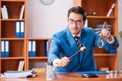 O advogado que trabalha no escritório fotografia de stock