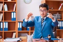 O advogado que trabalha no escritório foto de stock