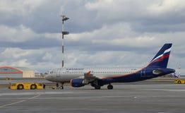 O Aeroflot Airbus A320 VP-BZP antes do transporte à pista de decolagem Aeroporto de Sheremetyevo Fotografia de Stock Royalty Free
