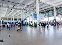 O aeroporto internacional de Kualanamu pegara & deixa cair fora a área com exposição de informação do voo foto de stock