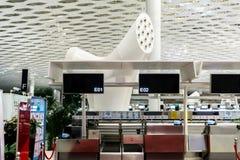 O aeroporto verifica dentro contadores imagem de stock