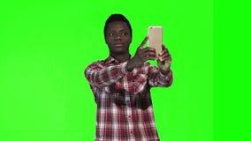 O africano faz o selfie na tela verde filme