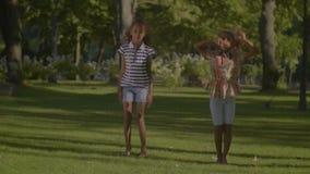 O afro-americano bonito caçoa o hip-hop da dança no parque vídeos de arquivo