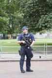 O agente da polícia armado metropolita durante a mudança cerimonial da Londres guarda, Londres, Reino Unido Imagens de Stock