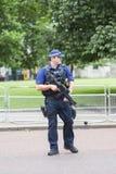 O agente da polícia armado metropolita durante a mudança cerimonial da Londres guarda, Londres, Reino Unido Imagem de Stock Royalty Free
