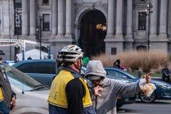 O agente da polícia caucasiano é visto empurrar um homem preto desregrado durante um protesto na frente da câmara municipal perto fotos de stock royalty free