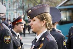 O agente da polícia da menina na cidade de St Petersburg. Imagens de Stock