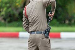 O agente da polícia Drawing sua arma, homem que tira uma dissimulação leva a pistola de um cinturão fotos de stock